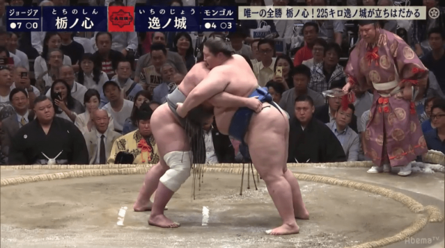 Tochinoshin and Ichinojō grapple on Day 8 of the Summer Tournament