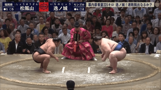 Ichinojō (225kg) squares off against Shōhōzan (141kg) on Day 7 of the Summer Tournament