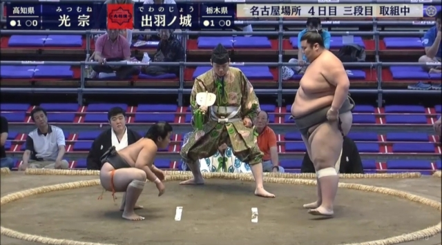 Mitsumune (left) at a 'lightweight' 104kg faces off against Dewanojou at an impressive 235kg